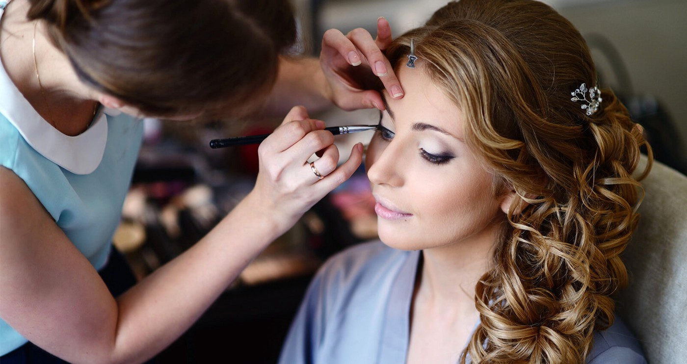 What are The Benefits of Enrolling in a Professional Makeup Artist Course?